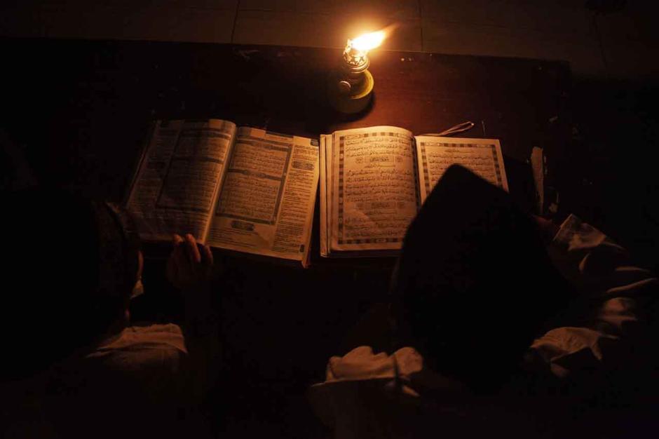 Melatih Konsentrasi Mengaji, Santri Gunakan Lilin dan Lampu Minyak untuk Penerangan-1
