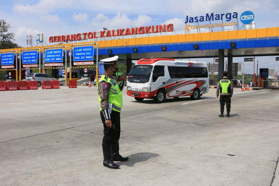 Gubernur Jateng Tinjau Persiapan Penyekatan di Gerbang Tol Kalikangkung Semarang-0