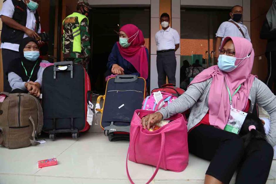 Gubernur Khofifah Tinjau Kondisi Pekerja Migran Indonesia di Asrama Haji Surabaya-0