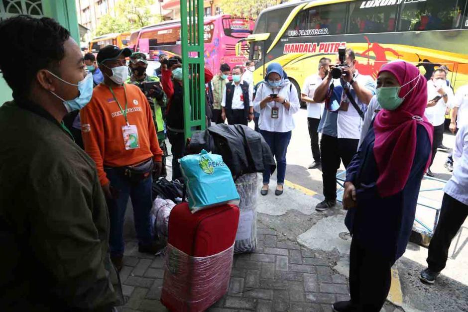 Gubernur Khofifah Tinjau Kondisi Pekerja Migran Indonesia di Asrama Haji Surabaya-3