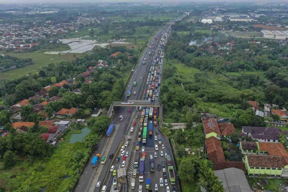 Imbas Penyekatan Larangan Mudik, Ribuan Kendaraan Terjebak Macet Hingga 8 KM di Pintu Tol Cikupa-0