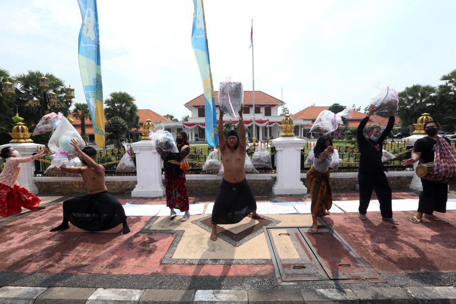 Seniman Kirimi Pemprov Jawa Timur Parsel Lebaran Plastik-4