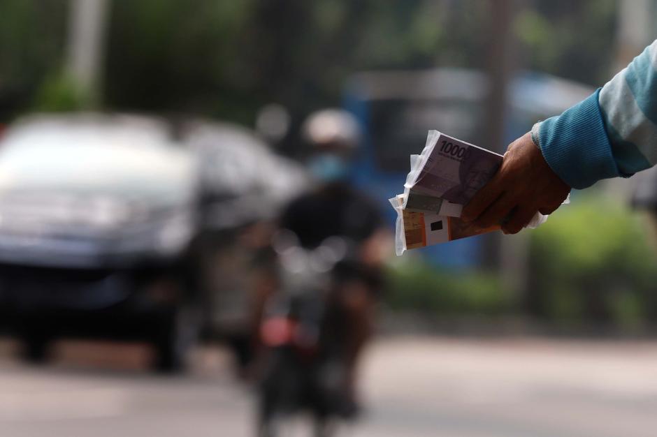 Jelang Lebaran, Jasa Penukaran Uang Baru Marak di Jalanan-2