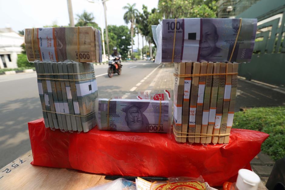 Jelang Lebaran, Jasa Penukaran Uang Baru Marak di Jalanan-1