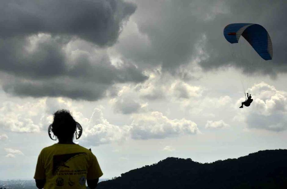 Atraksi Paralayang di Wisata Puncak Bollangi Gowa-1