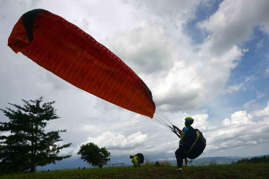 Atraksi Paralayang di Wisata Puncak Bollangi Gowa-0
