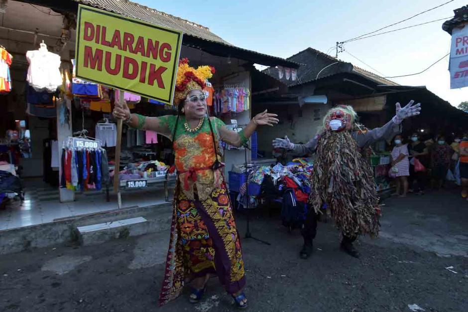Polisi Gelar Edukasi Larangan Mudik di Pasar Tradisional-2
