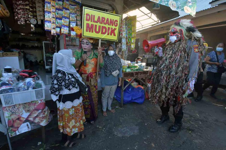 Polisi Gelar Edukasi Larangan Mudik di Pasar Tradisional-0