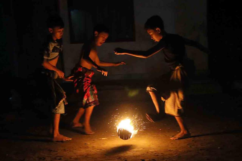Tradisi Bermain Sepakbola Api di Malam Terakhir Bulan Ramadhan-1