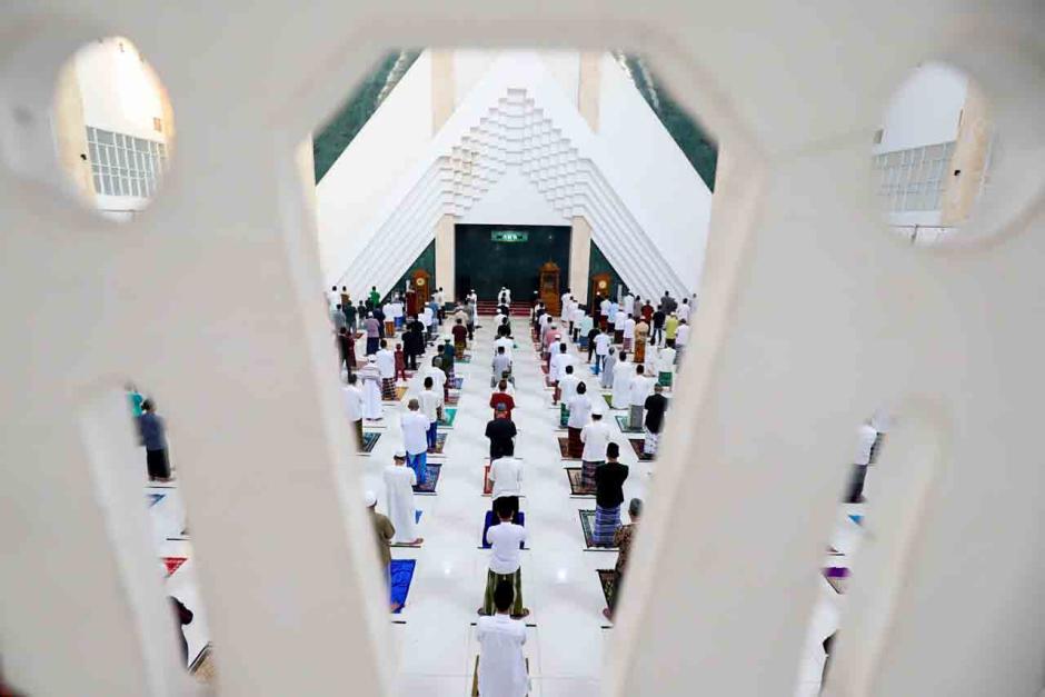 Sholat Idul Fitri di Masjid Raya Kyai Haji Hasyim Ashari-4