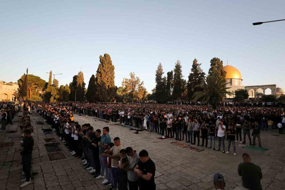 Ditengah Ketegangan Hamas dan Israel, Ribuan Warga Palestina Sholat Ied di Masjid Al Aqsa-3
