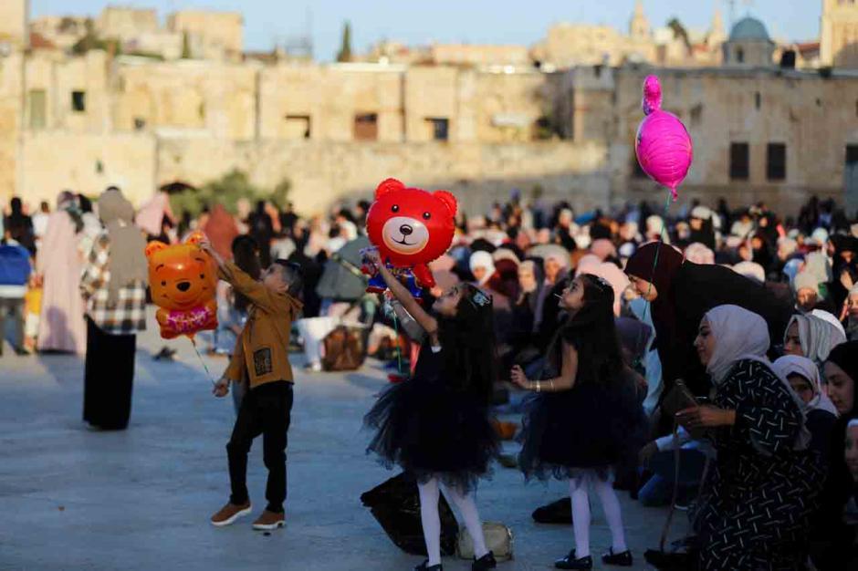 Ditengah Ketegangan Hamas dan Israel, Ribuan Warga Palestina Sholat Ied di Masjid Al Aqsa-2