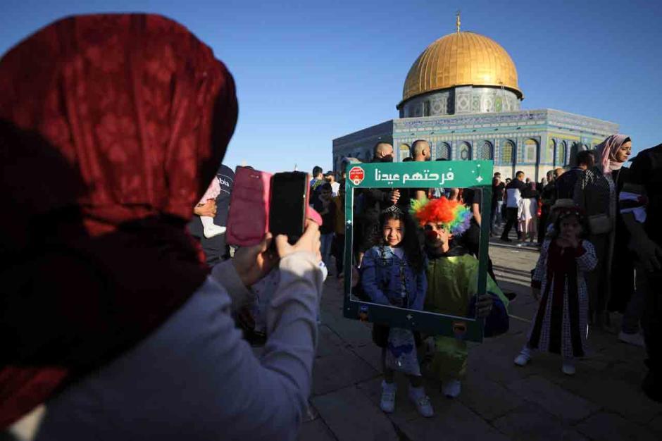 Ditengah Ketegangan Hamas dan Israel, Ribuan Warga Palestina Sholat Ied di Masjid Al Aqsa-1
