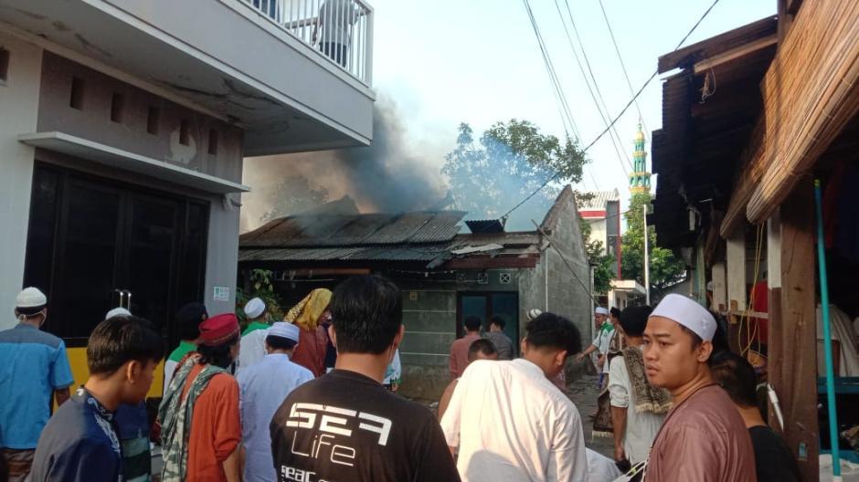 Ditinggal Sholat Ied, Empat Rumah Kontrakan di Bekasi Hangus Terbakar-3