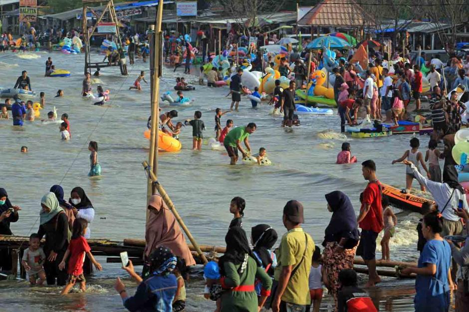 Meski Dilarang, Warga Tetap Kunjungi Pantai Karangsong-2