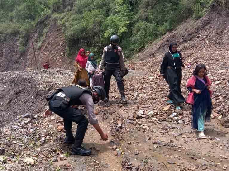 Jalan Lintas Gayo Lues - Aceh Timur Tertimbun Longsor, Polres Gayo Lues Bantu Warga Melintas-1