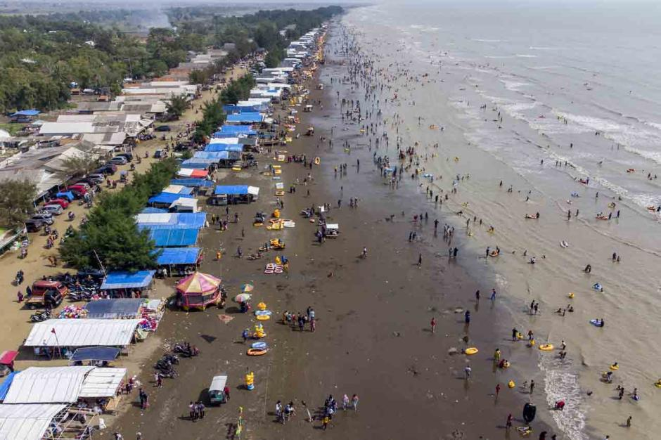Libur Akhir Pekan Lebaran, Pantai Tanjung Pakis Karawang Ramai Dikunjungi Wisatawan-2