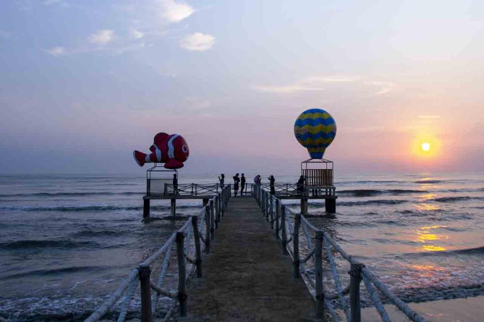 Libur Akhir Pekan Lebaran, Pantai Tanjung Pakis Karawang Ramai Dikunjungi Wisatawan-1