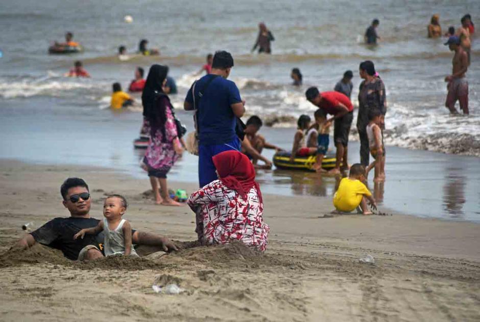 Pantai Anyer Dipadati Pengunjung-0