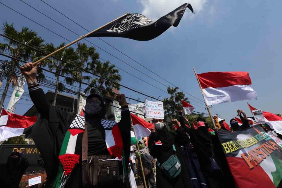Bela Palestina, Massa Injak-Injak Bendera Israel di Surabaya-2