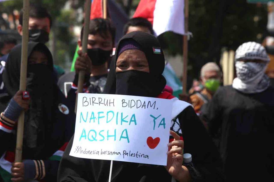 Bela Palestina, Massa Injak-Injak Bendera Israel di Surabaya-4