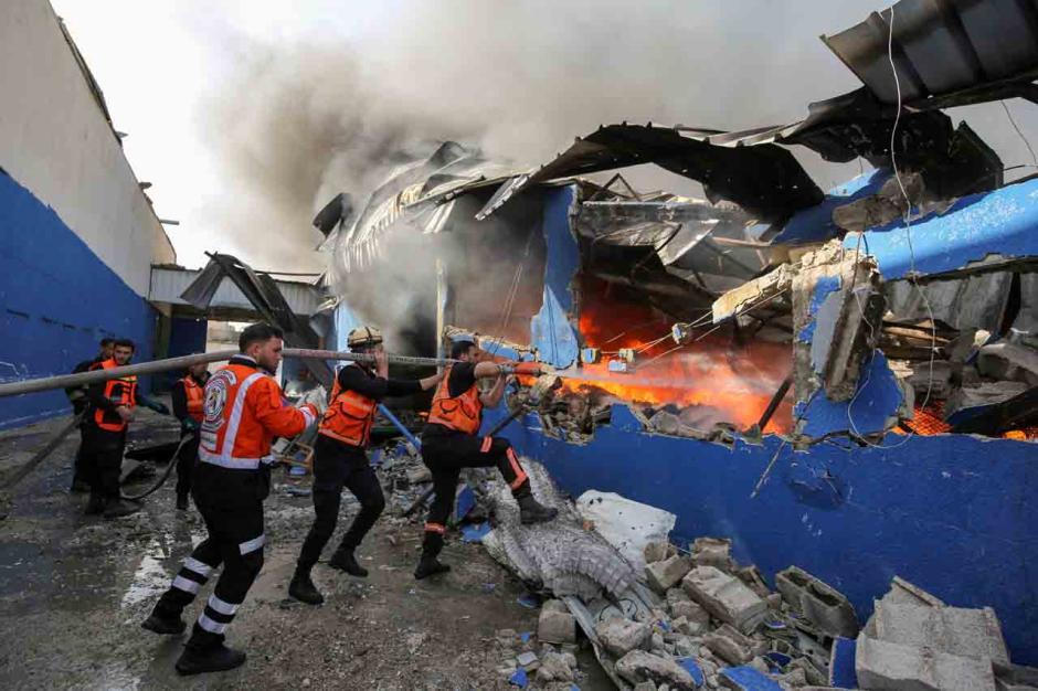 Terkena Peluru Artileri Israel, Pabrik Spons di Palestina Terbakar-0