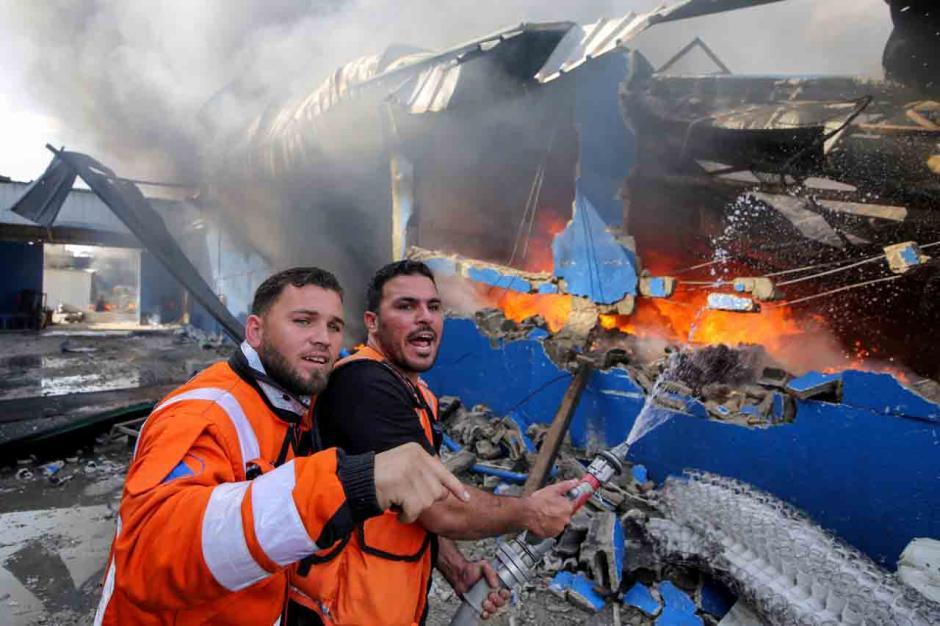 Terkena Peluru Artileri Israel, Pabrik Spons di Palestina Terbakar-1