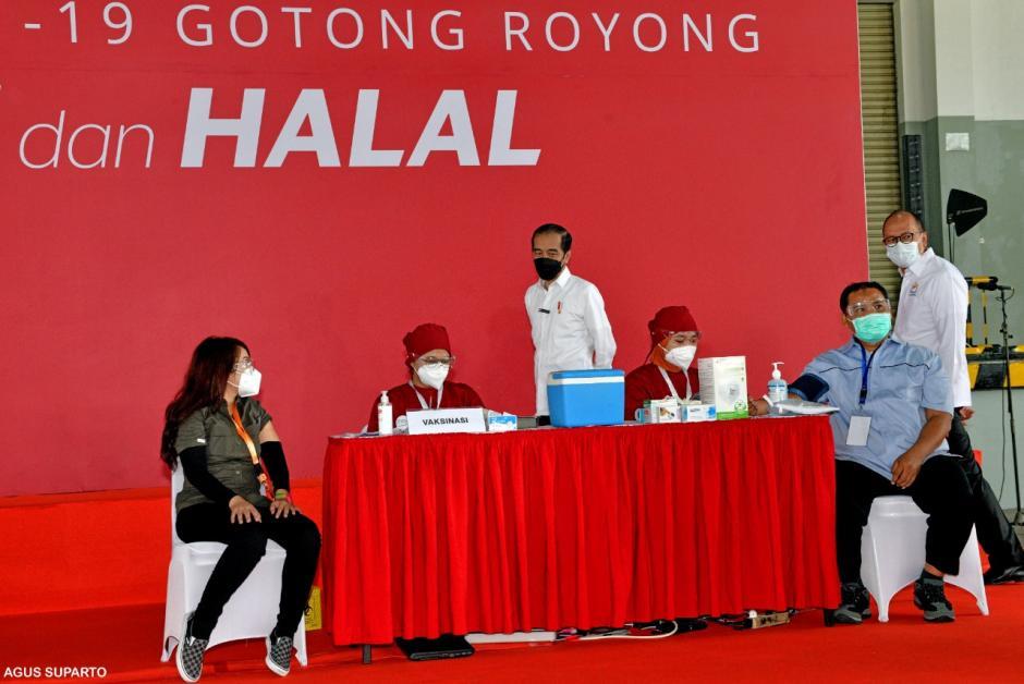 Jokowi Tinjau Pelaksanaan Vaksinasi Gotong Royong di Cikarang-2