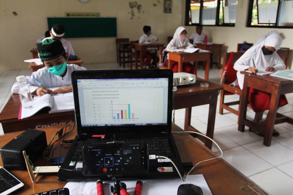 Kegiatan Belajar Tatap Muka dan Online Secara Bersamaan-3