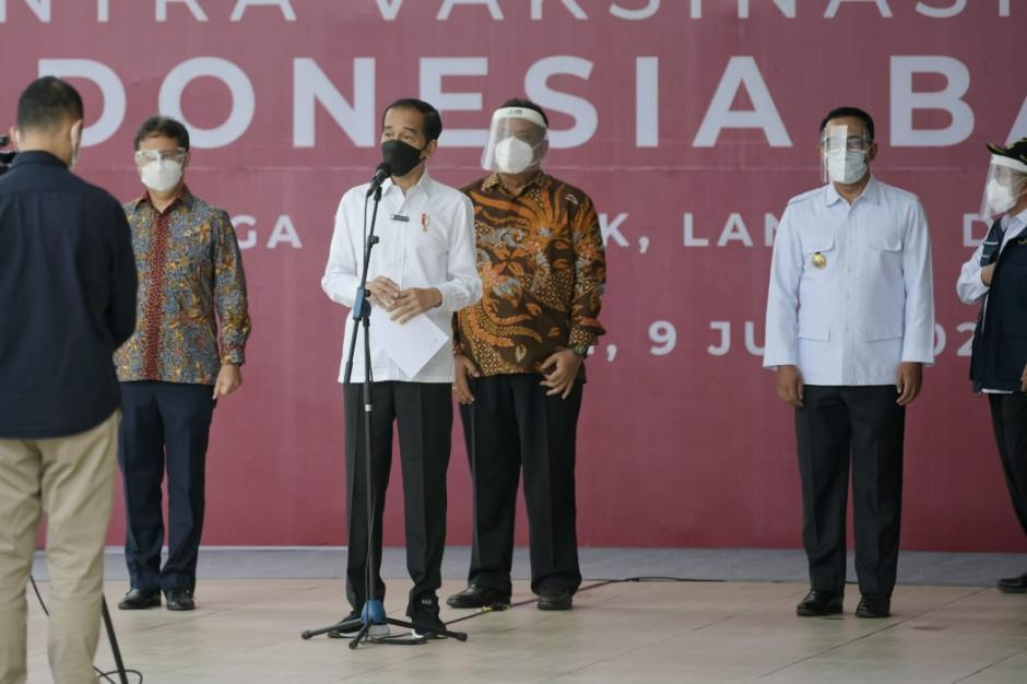 Ridwan Kamil Dampingi Jokowi Tinjau Vaksin Massal di Depok-1