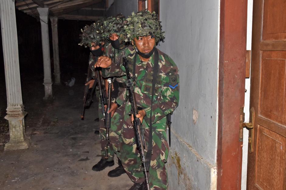 Gerak Cepat, Prajurit Brigif 2 Marinir Kepung Rumah Persembunyian Musuh-1