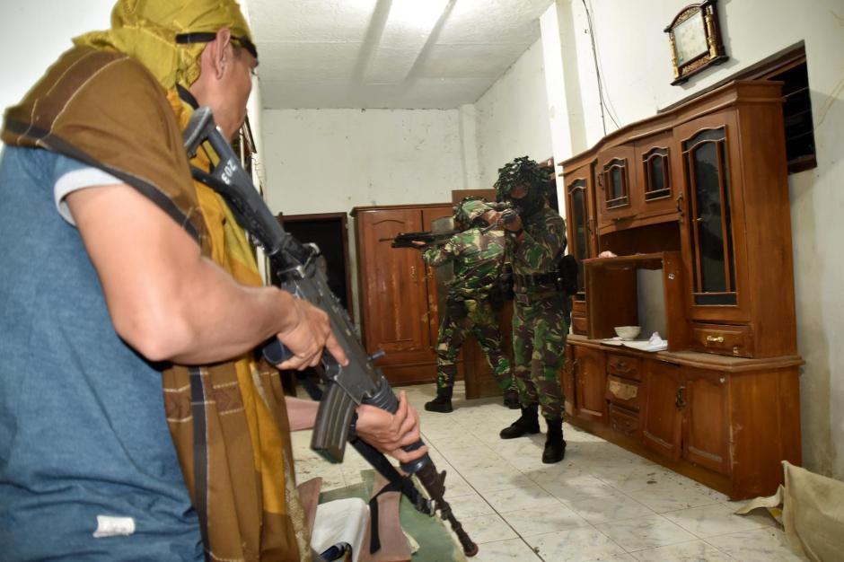 Gerak Cepat, Prajurit Brigif 2 Marinir Kepung Rumah Persembunyian Musuh-0