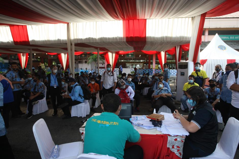 Cegah Penyebaran Covid-19, Sopir dan Pedagang di Terminal Kampung Rambutan Divaksin-3