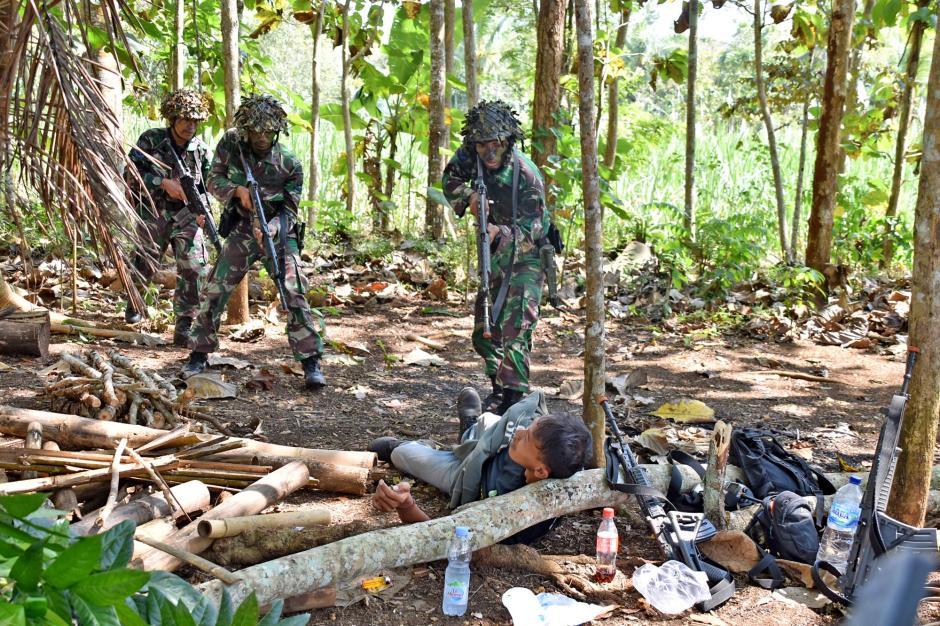 Prajurit Brigade Infanteri 2 Marinir Sergap Rumah Penyimpanan Logistik Musuh-2