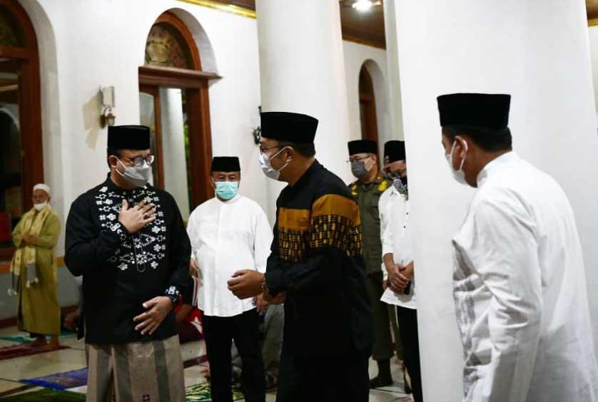 Bikin Adem, Begini Momen Kang Emil dan Mas Anies Subuh Berjamaah di Masjid Agung Sumedang-1