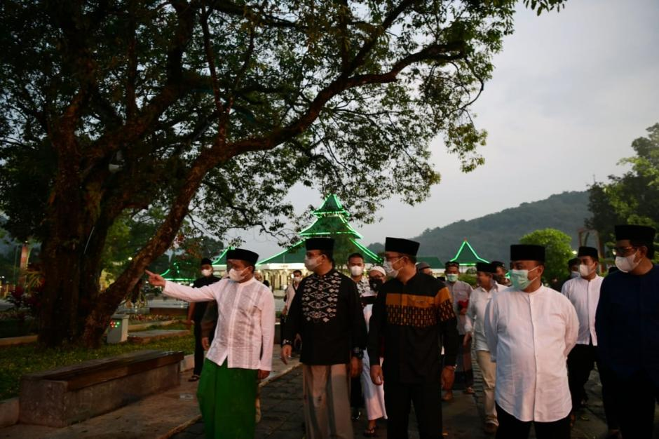 Bikin Adem, Begini Momen Kang Emil dan Mas Anies Subuh Berjamaah di Masjid Agung Sumedang-3