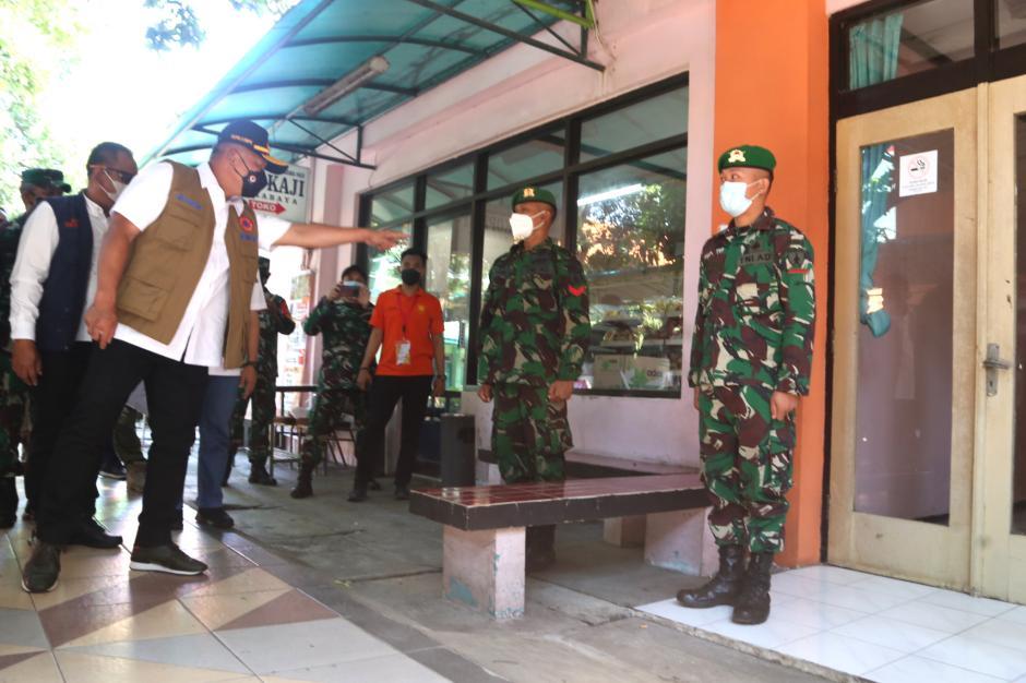 Kepala BNPB Cek Karantina Pekerja Migran di Asrama Haji Surabaya-2