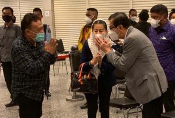 Ketum Partai Emas Hasnaeni Hadiri Pemakaman Istri Menkumham Yasonna Laoly-0