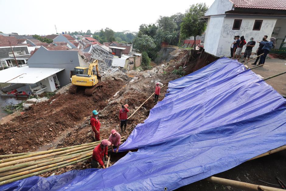 Petugas Pasang Terpal untuk Menutupi Tanah Longsor di Nerada Estate Ciputat-4