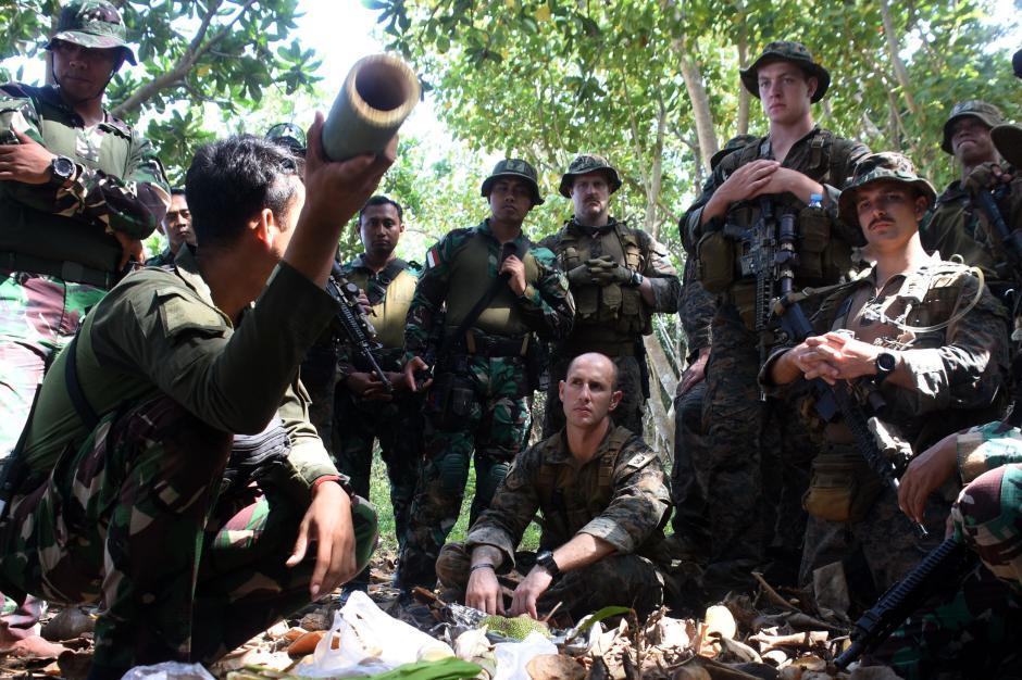 Makan Hewan Buas dan Tanaman, Begini Cara Marinir Indonesia dan Amerika Bertahan Hidup di Hutan-5