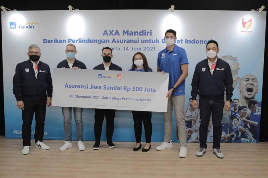 AXA Mandiri Berikan Asuransi kepada Juara Indonesian Basketball League 2021-1