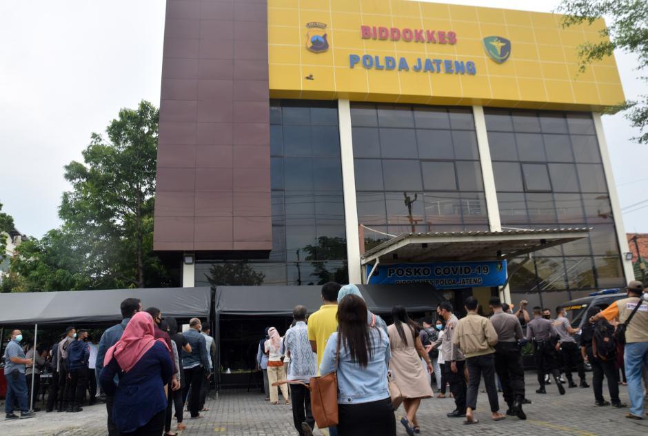 Ratusan Warga dan Polisi Ikuti Rapid Test Antigen Gratis HUT Dokkes Polri dan Bhayangkara ke-75-4