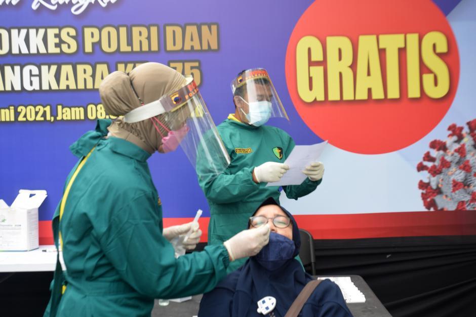 Ratusan Warga dan Polisi Ikuti Rapid Test Antigen Gratis HUT Dokkes Polri dan Bhayangkara ke-75-5