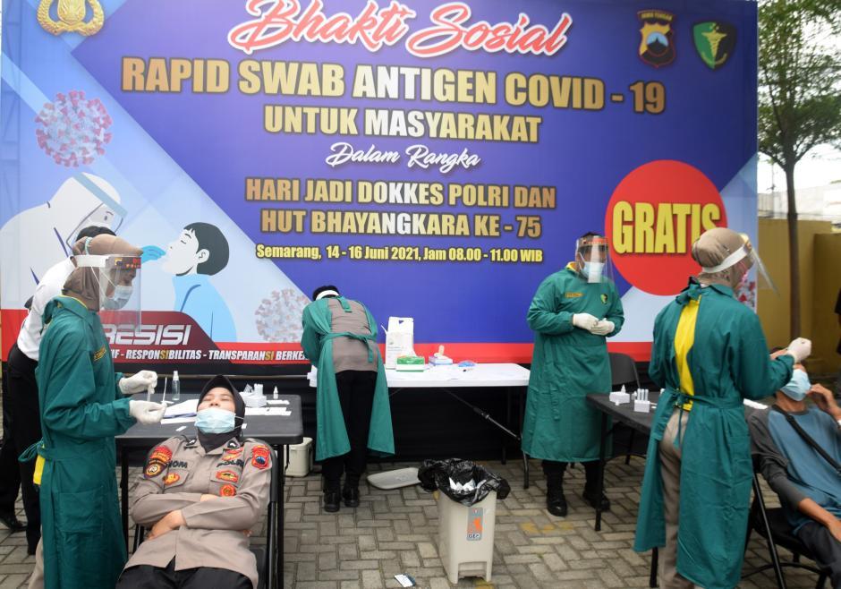 Ratusan Warga dan Polisi Ikuti Rapid Test Antigen Gratis HUT Dokkes Polri dan Bhayangkara ke-75-1