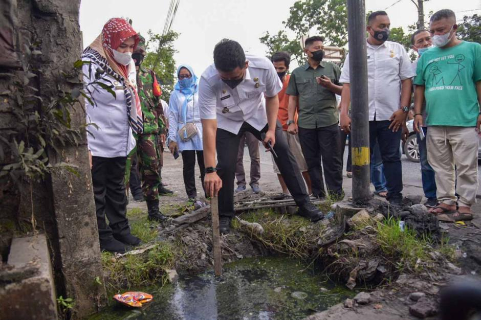 Respon Keluhan Warga, Bobby Nasution Tinjau Saluran Drainase yang Bermasalah-1