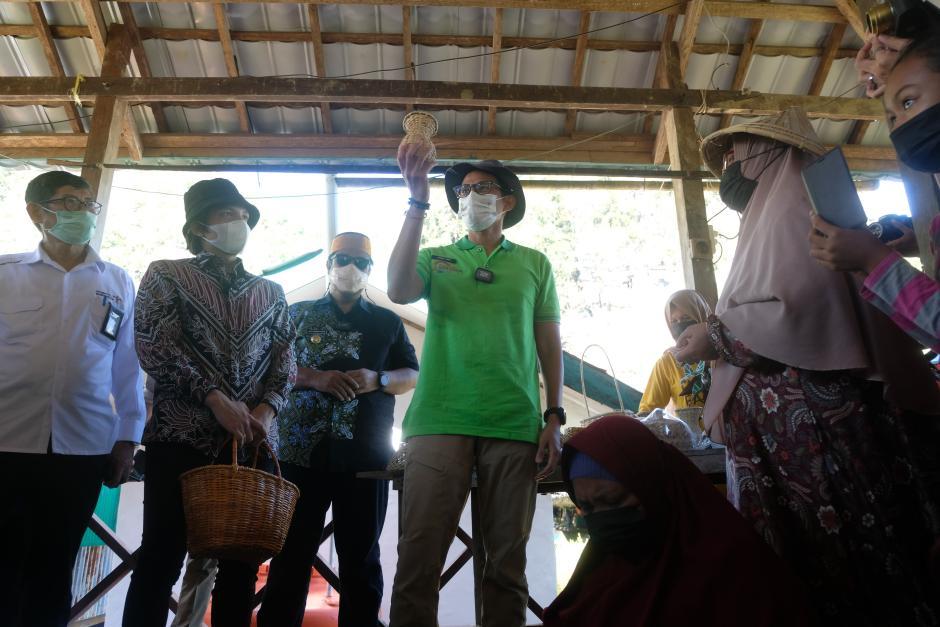 Ditemani Atta Halilintar, Menparekraf Sandiaga Uno Resmikan Desa Wisata Rammang-rammang-3