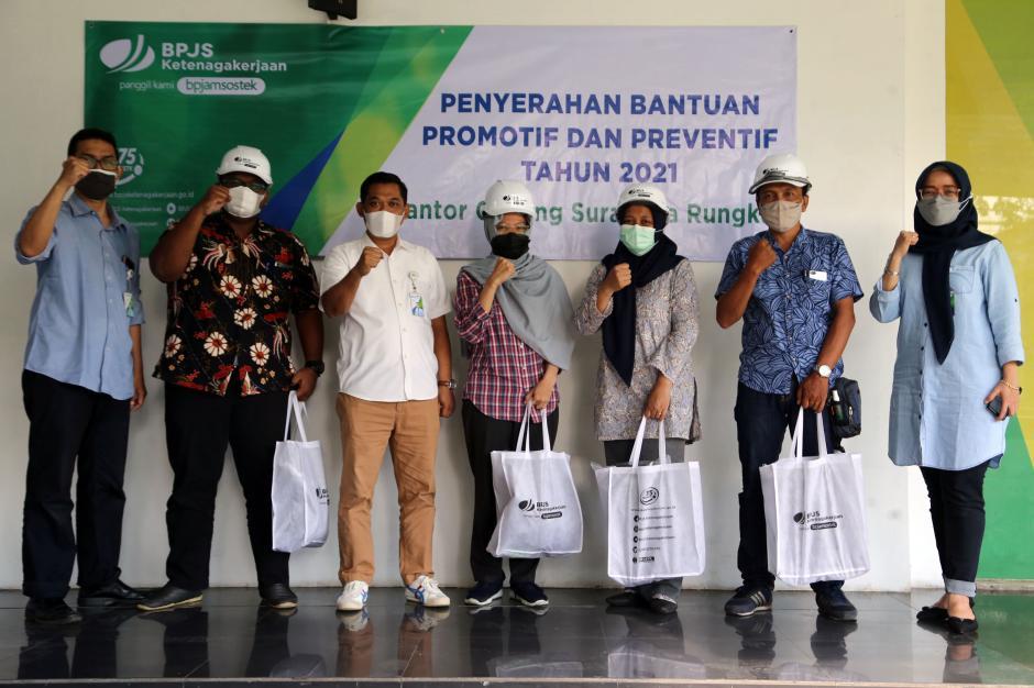 Tekan Angka Kecelakaan Kerja, BPJamsostek Cabang Surabaya Rungkut Serahkan APD Jasa Konstruksi-1