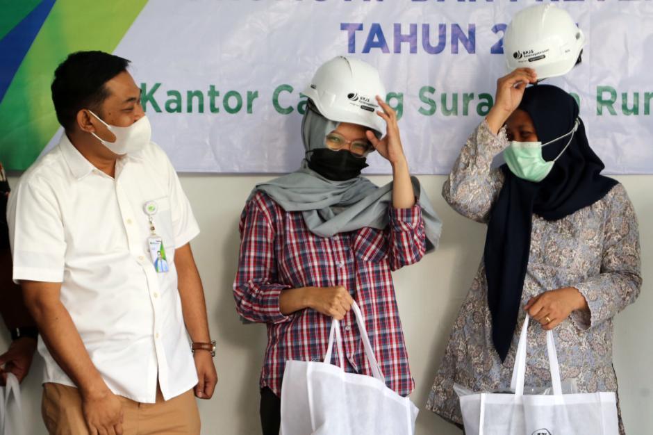 Tekan Angka Kecelakaan Kerja, BPJamsostek Cabang Surabaya Rungkut Serahkan APD Jasa Konstruksi-2