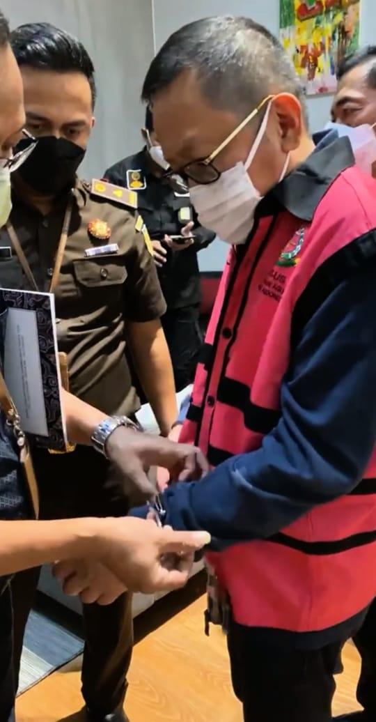 Tangan Diikat dan Berbaju Tahanan, Buronan Adelin Lis Tiba di Indonesia-0