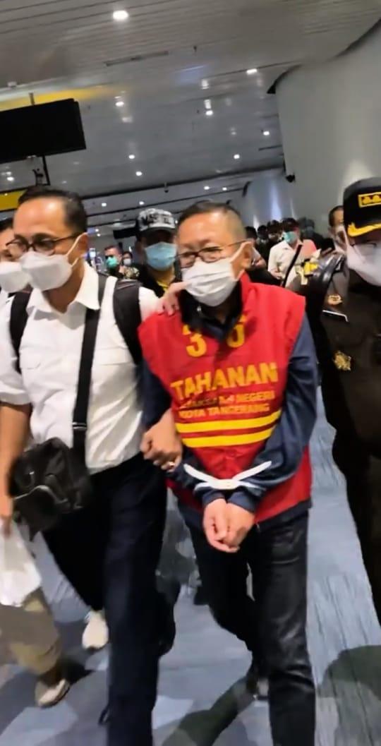 Tangan Diikat dan Berbaju Tahanan, Buronan Adelin Lis Tiba di Indonesia-2